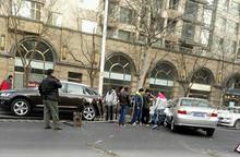 车祸现场:望京南湖南路一威驰爆胎失控撞烂防护栏
