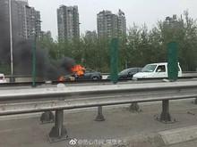 望京桥一车辆自燃 死伤情况未知