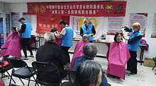 南湖东园志愿者上门为老人理发
