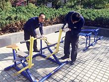望京园社区联合社会单位为小区维修健身器材