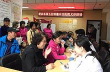 望京东园五区社区联合中日友好医院开展义诊活动