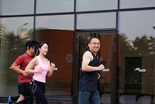 SOHO中国董事长潘石屹在望京SOHO晨练