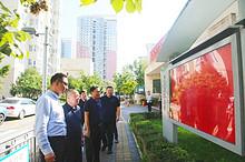 区人大常委会副主任叶青到东湖街道检查选民名单张榜公示情况